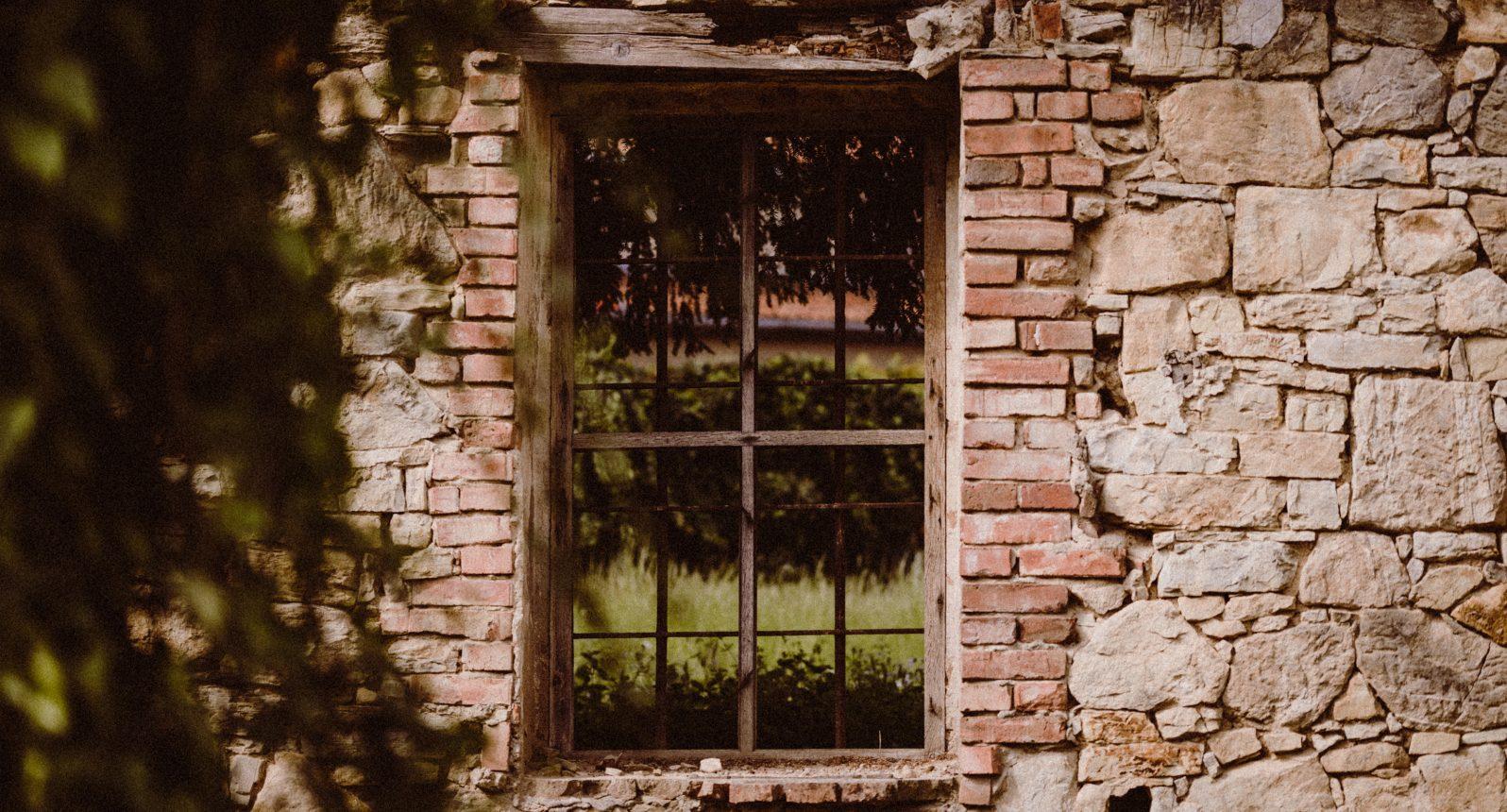 Altes Fenster in einer Ruine der Ballenstedter Altstadt