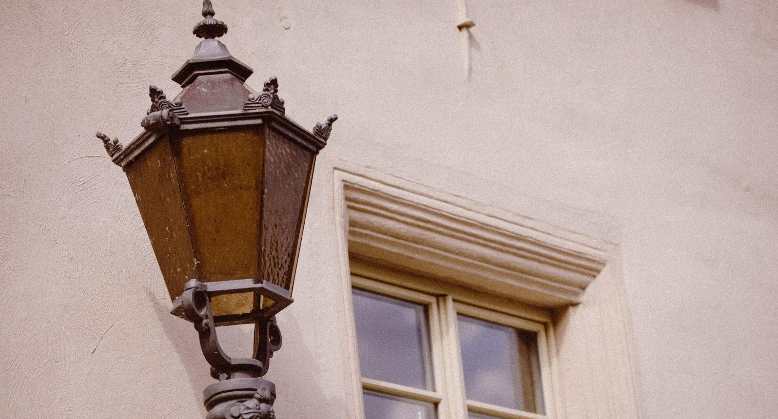 Straßenlaterne vorm alten Amtsgericht in Ballenstedt